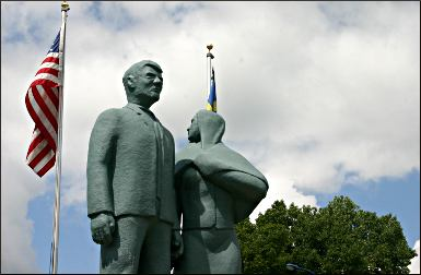 Statue of Karl Oskar and Kristina.